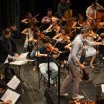 Il Maestro Ovodok durante una prova con l'Orchestra Cherubini.