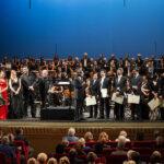 Riccardo Muti sul palco con gli allievi cantanti, maestri collaboratori e direttori, il Coro del Teatro Municipale di Piacenza e l'Orchestra Cherubini.