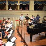 Prove cantanti al pianoforte con Riccardo Muti, i Direttori e il Maestro Collaboratore Bojie Yin.