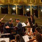 Prove con l'orchestra, allievi cantanti e direttori.