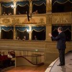 Riccardo Muti al pianoforte presenta l'opera al pubblico.